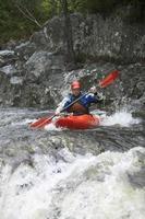 uomo kayak nel fiume foto
