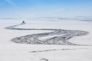 inverno , strada tortuosa paesaggio di neve foto
