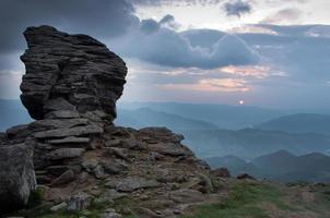 paesaggio montano serale dell'altopiano (carpatico, ucraina)
