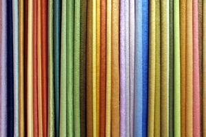 fila di materiali tessili foto