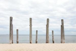 file di pile sulla spiaggia del mare foto