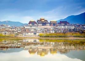 paesaggio con monastero tibetano e lago
