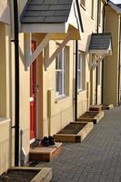fila di case inglesi moderne di recente costruzione.
