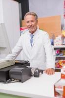 farmacista senior che utilizza il computer foto