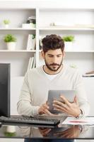 assistente finanziario con tavoletta digitale foto