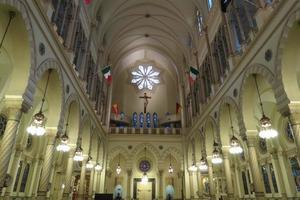 navata della chiesa illuminata foto