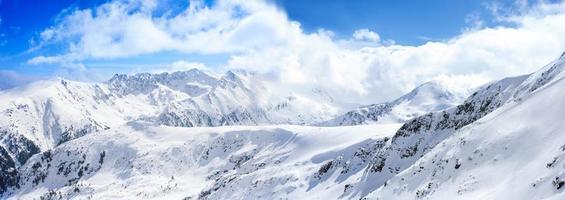 paese delle meraviglie invernale in montagna foto