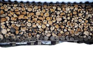 mucchio di legno in inverno foto