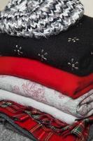 pila di abiti invernali foto