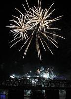 fuochi d'artificio bianchi sopra l'orizzonte di Cincinnati che profila il ponte ferroviario