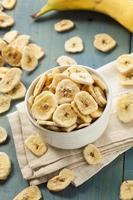 chips di banana disidratati fatti in casa foto
