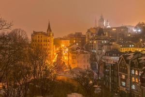 città di notte nebbiosa foto