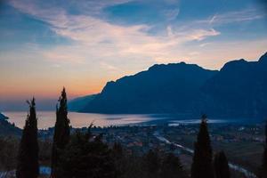 tramonto sul lago di garda foto
