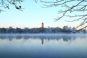 lago e torre foto