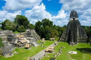 rovine tikal e piramidi foto