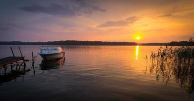 tramonto estivo sul lago foto