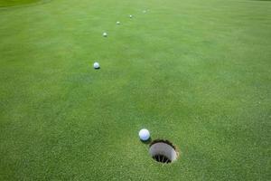 golf mettendo palline verdi foto