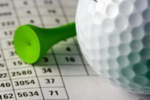 pallina da golf e tee foto