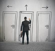 un uomo d'affari bussa al disegno di una porta foto