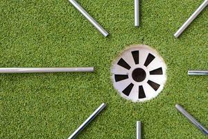 alberi da golf in acciaio che indicano la buca da golf foto