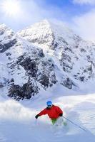 freeride nella neve fresca e polverosa - uomo sci downhi foto