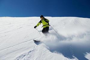 sciatore alpino su pista, sci in discesa