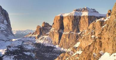 montagne di inverno in alpi italiane foto