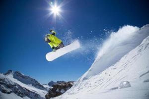 snowboarder in alta montagna foto