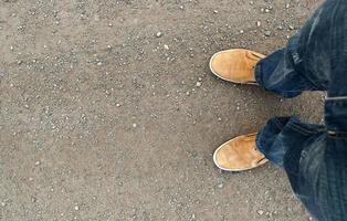 stivali gialli sulla strada foto