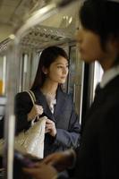 donna d'affari guardando lo scenario esterno dall'interno del treno foto