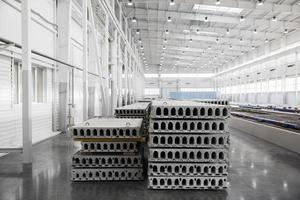 pila di lastre di cemento armato in un'officina di fabbrica di edilizia foto