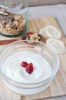 yogurt bianco con fragole secche in cima foto