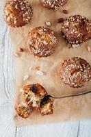 Muffin di arachidi di banana fatti in casa su carta da forno foto