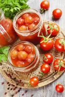 pomodori in scatola nel succo di pomodoro foto