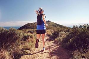 donna di trail running foto