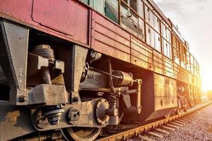 treno che corre nel tramonto