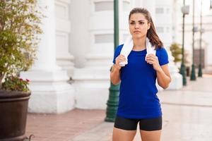atleta di sesso femminile facendo una pausa foto