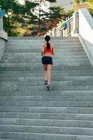 donna che corre sulle scale della città foto