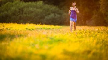 giovane donna che corre all'aperto foto