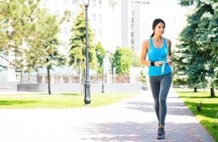 giovane donna sportiva che corre all'aperto
