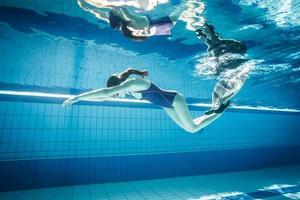 giovane donna che nuota con il monopinna foto