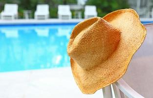 cappello di vimini con piscina