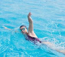 donna in occhiali da nuoto stile crawl anteriore foto