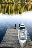 canoa sul molo foto