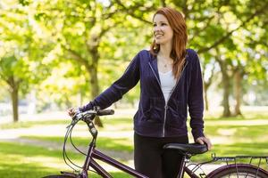 bella rossa con la sua bici foto
