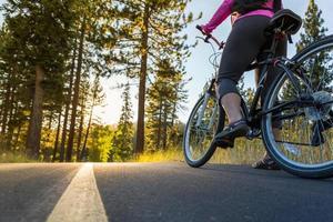 andare in bicicletta al tramonto foto