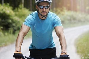 uomo pensieroso in sella a una bicicletta foto