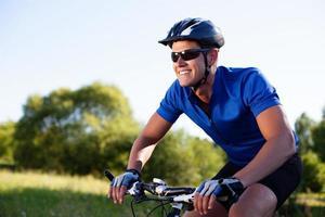 mountain bike in sella alla bici foto