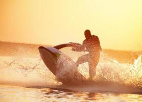 uomo guida sul jetski