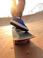 skateboarder allo skatepark foto